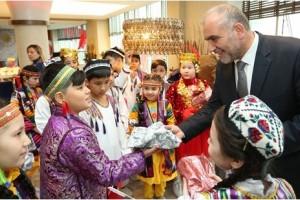 Başkan Sandıkçı Özbek Çocukları Ağırladı