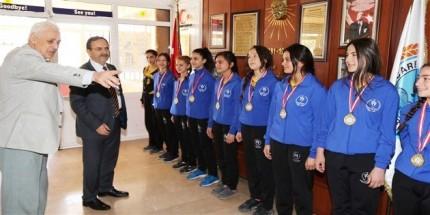 Başkan Zihni Şahin Şampiyon Öğrencileri Tebrik Etti