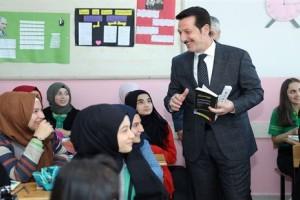 Başkan Erdoğan Tok Öğrencilere Kitap Dağıttı