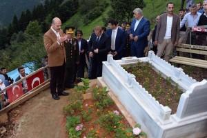 Bakan Soylu, Eren Bülbül'ün Kabrini Ziyaret Etti